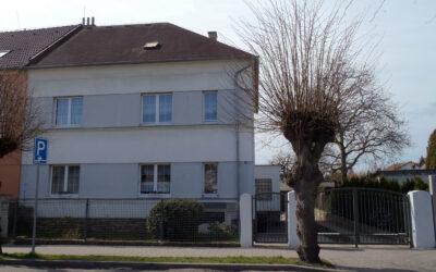 č. 1036:Prodej bytu 2 + 1 + ½ podílu na domě – ul. Družby, DuchcovCena: Prodáno